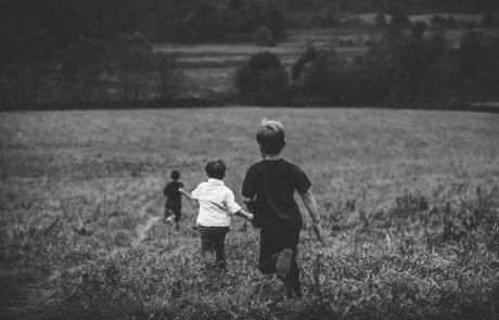 לגדול בצל הזכרון – האחים ששכלו את אחיהם הצעירים